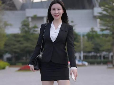 白衬衣搭配黑色短裙,展示自己的曼妙身姿,尽显职场女性魅力