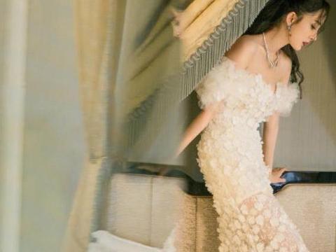 杨幂为显嫩蛮拼的,白色大雪花抹胸长裙秀出肩颈线,清新时尚养眼