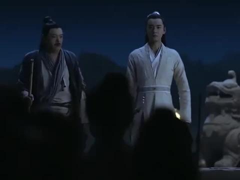 杨康当上丐帮帮主,一群叫花子却围着他吐口水,杨康当场懵了