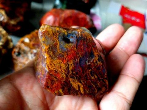 男子家里柜子瞧见几块奇石,拿起一看,众人纷纷称奇!
