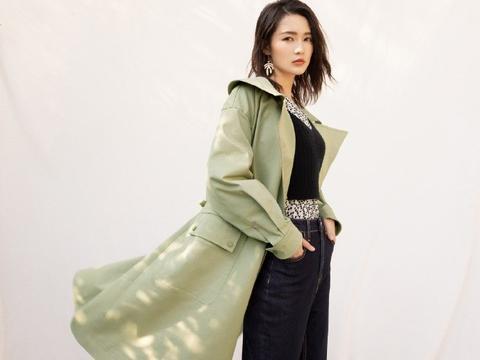 李沁冬春新装扮亮眼,嫩芽绿色风衣混搭精致,浅军绿套装性感迷人