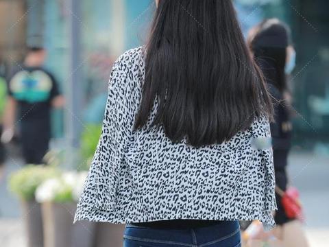 长款牛仔裤和长款背心该怎么搭配