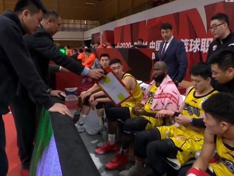 2次漂亮长传!周鹏收腿仍被升级犯规,对手2记3分逼停广东男篮