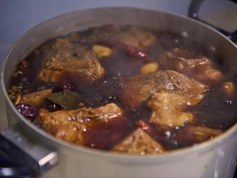 做酱牛肉时,直接入锅容易柴,多加2个步骤,牛肉入味不塞牙