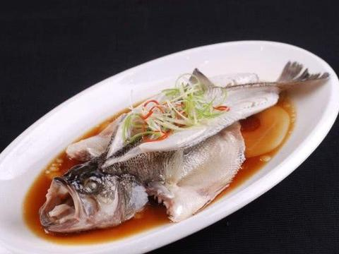 清蒸鲈鱼时,牢记两个小技巧,鲈鱼又鲜又嫩还没有腥味