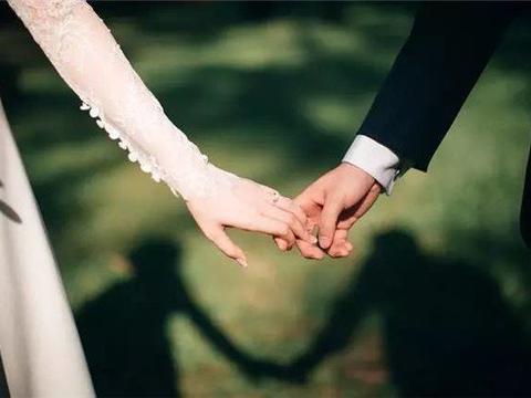 后爸打工养我,我结婚他却躲在老家,接到后爸电话,老婆取消婚礼