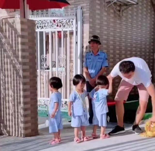 """爸爸放学""""接驾""""迟到,三胞胎女儿大发雷霆,门卫大爷哭笑不得"""