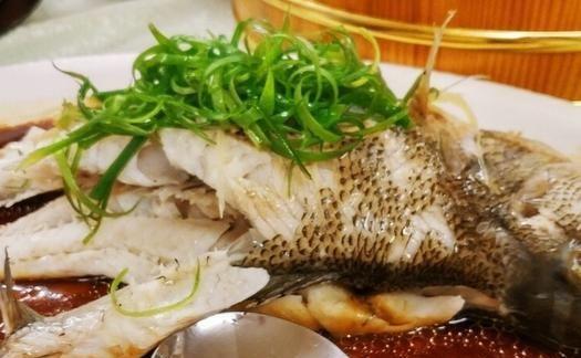 清蒸鱼时,放盐和生抽是外行,大厨教您正确做法,鱼肉鲜嫩又入味