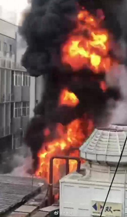 济南泉城路牛阵烧烤店起火 火灾已被扑灭,起火原因还在调查当中