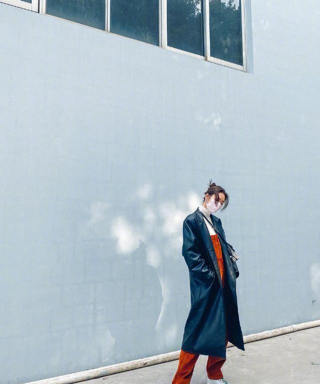 刘雯脏橘色背带裤造型,配黑长大衣好飒爽,挽起秀发利落大方