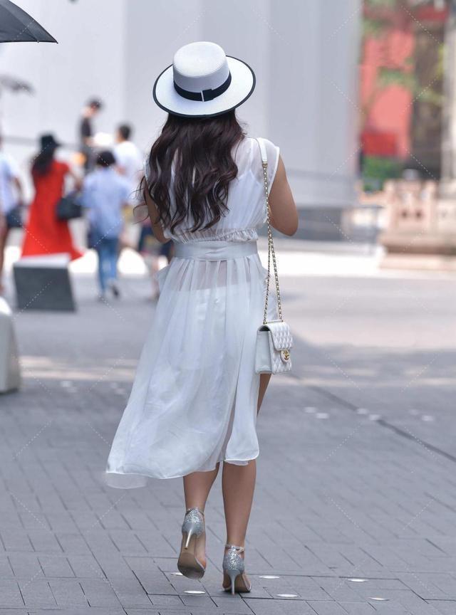白色薄纱无袖上衣,增加燕尾式后摆,优雅浪漫复古感