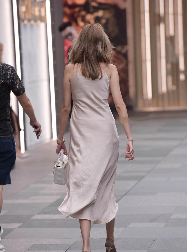 无袖连衣裙的华丽典雅,穿出自信光彩的自己