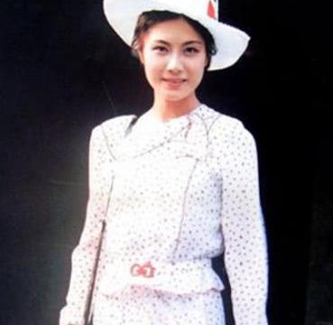 她红过刘晓庆,曾月薪47块却自费出国留学,嫁美籍律师容颜不老