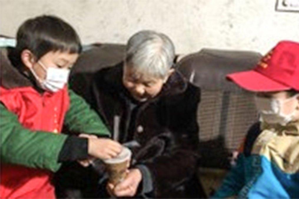 传承文明乐活腊八,武汉梅花池社区,开展腊八节送粥活动
