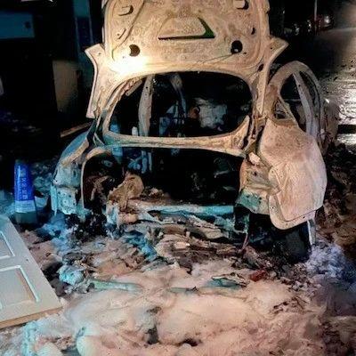 小区车库内,Model 3自燃爆炸,烧得只剩外壳!