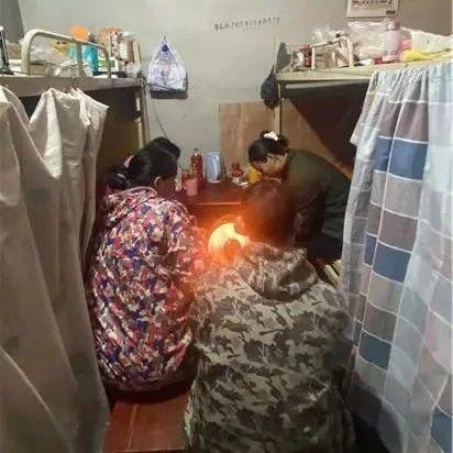 长沙一毛坯房内住着10多名工人,邻居嫌吵投诉,工人无奈:尽量不给邻居添麻烦