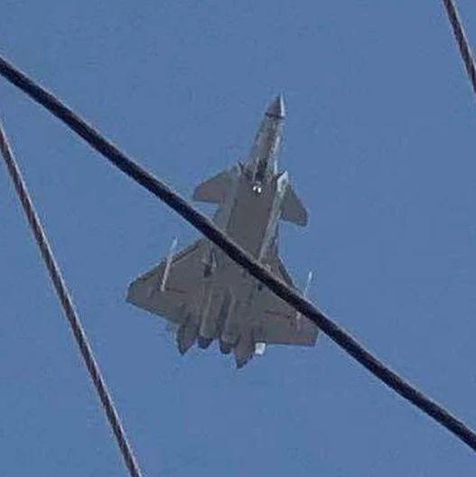 """歼20翼下外挂2枚PL15导弹试飞 将开启""""野兽""""模式"""