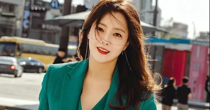 金喜善不愧是韩国第一美女,穿绿色西装套装配长卷发,气质太惊艳