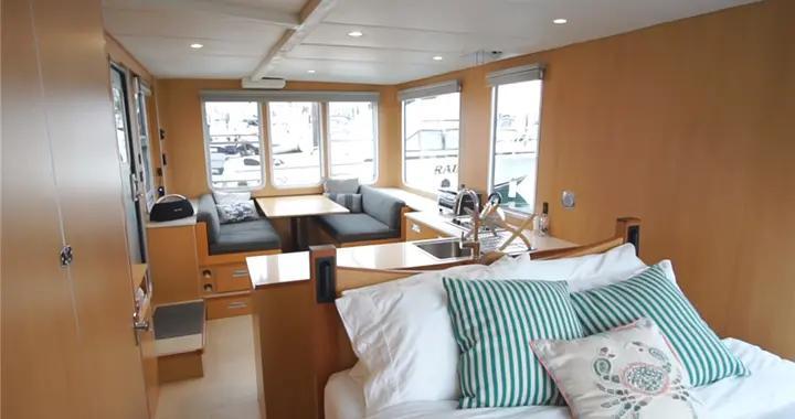 外国人把家建在船上,微型小屋不仅能住3口人,还有开放式厨房