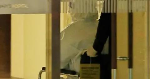 朴槿惠穿防护服现身医院:坐轮椅 被推进隔离病房