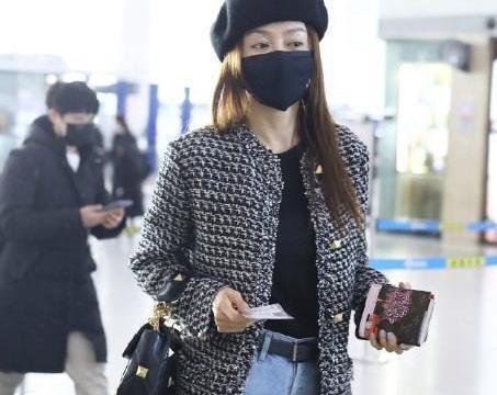 秦岚最新机场路透,铆钉粗呢外套配贝雷帽,42岁状态不输流量小花