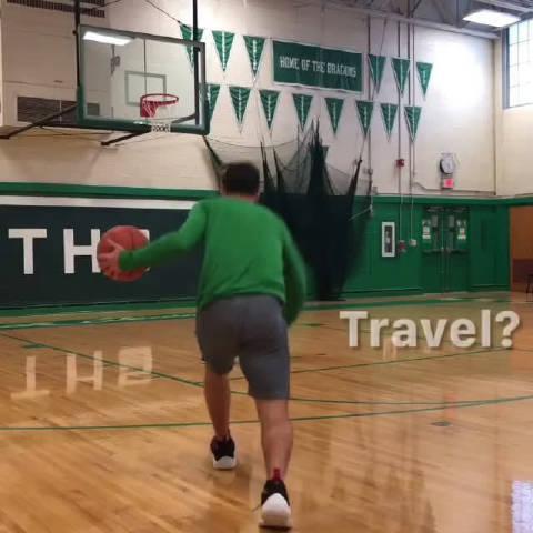 走步还是不走步 在这个进攻上篮中,训练师运了一次球走了四步……