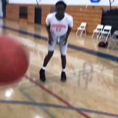 篮下脚步动作教学 实用的一个进攻动作,首先是跳步停球……