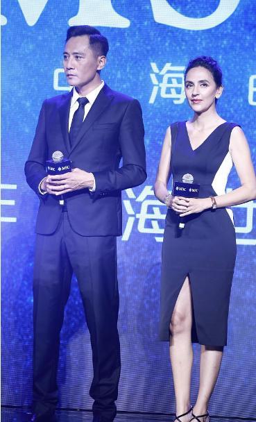 刘烨老婆身材真好,穿开叉裙秀出比例,可脸部皱纹明显有点显老