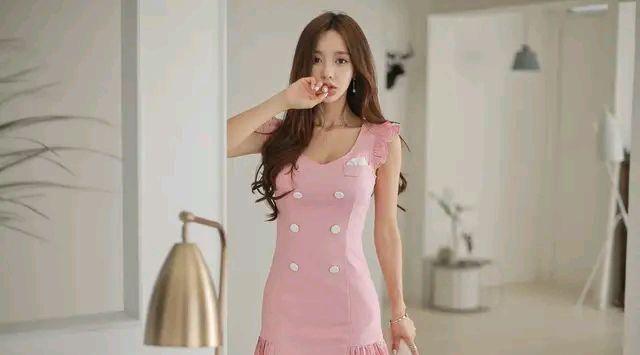 特别流行的粉色裙装,爱美的女生穿上,既年轻时尚又唯美动人