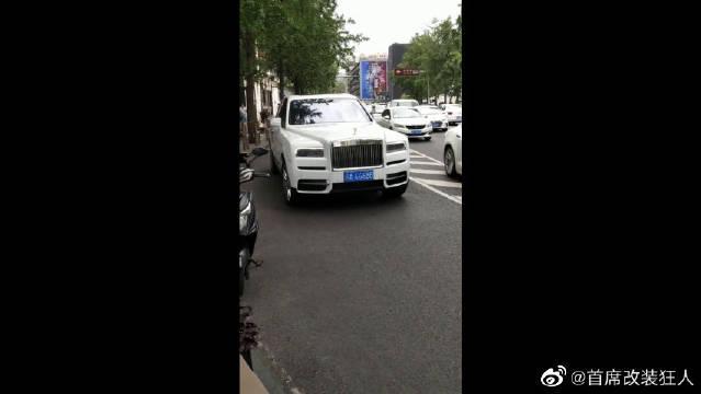 汽车界最贵的SUV,当它停在街头,就知道它的车标凭啥值17万!