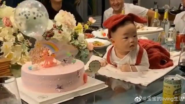 萌宝过生日 妈妈把他放在桌子转盘上