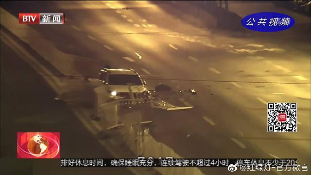 北京:司机疲劳驾驶撞上隔离护栏 车身损毁严重