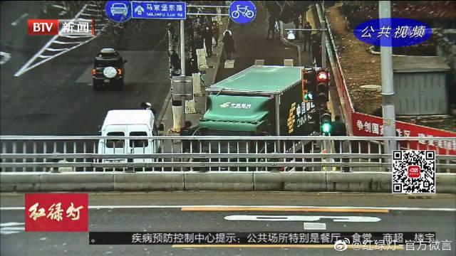 北京:邮政车无视限高标识 厢体受损