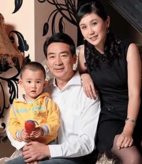 娱乐圈老来得子的明星,王刚李双江上榜,儿子和外孙一样大