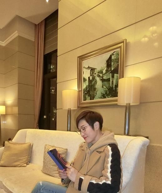 54岁陈法蓉真的很会穿,卡其色大衣+连帽卫衣高级洋气,照穿美爆