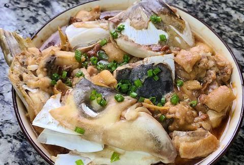 快过年了,教你一道简单又好吃的鱼头蒸鸡,味道鲜美