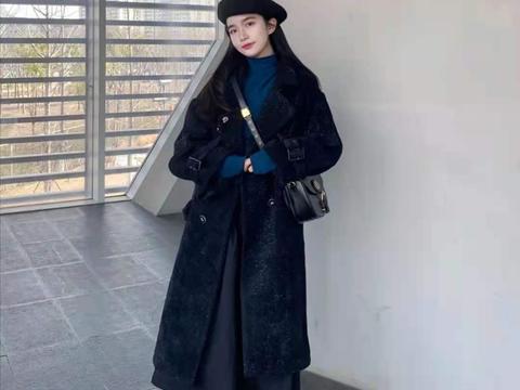 女生黑色大衣怎么搭配裤子和鞋子