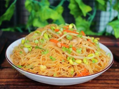 广东人喜欢吃米粉,炒米粉时放豆芽肉末,爽滑味美,比炒面香多了