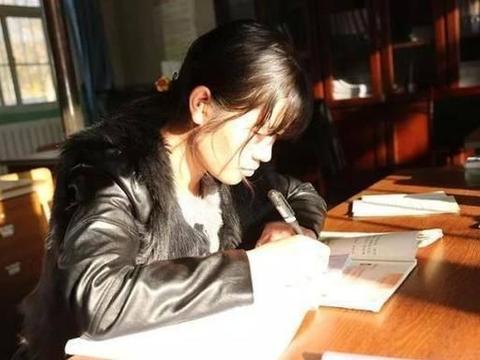 乡村代课教师的作文批改曝光,字迹规范书法味足,成家长传阅焦点