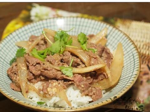 日式料理店的牛肉盖饭,用新鲜的匙肉,肉香更浓郁,汤汁更下饭
