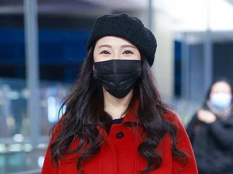 伊能静高调走机场,红色大衣配红色皮靴,52岁依旧嫩如少女