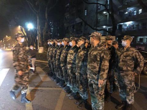 深圳警备区连夜出动民兵扑灭森林山火 火情不除 我们不退!