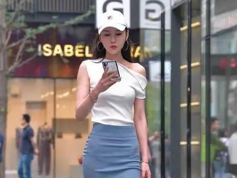 斜领肩上衣搭配鱼尾半身裙,休闲性感魅力,时尚感爆发