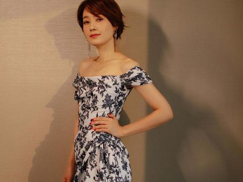 44岁的马伊琍真厉害,身穿青花瓷印花露肩长裙亮相,尽显优雅气质
