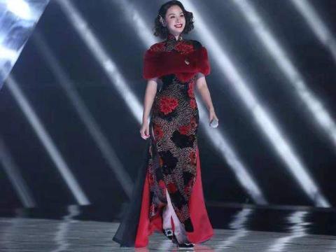 43岁程莉莎旗袍装闪耀浪姐舞台,富婆气质太逼真