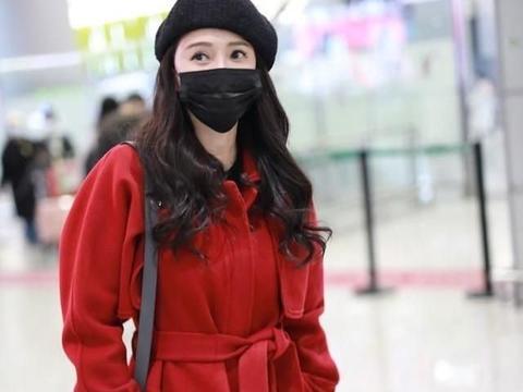 伊能静穿大红外套搭配大红靴,典型的贵妇装扮,却显嫩的不得了