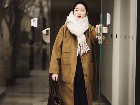 冬季选叠穿就对了,内搭黑色系加上白色围巾点缀,有品味