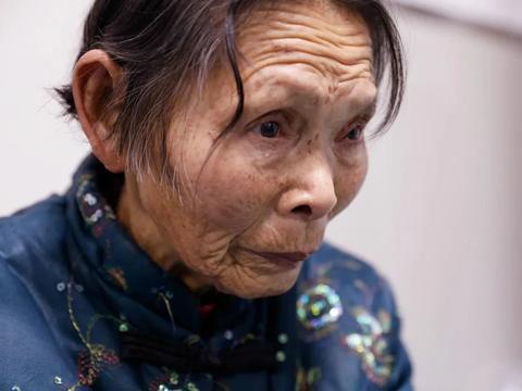 妻子要离婚,幼子意外烧伤需要百万,男子无助地在父亲坟前痛哭
