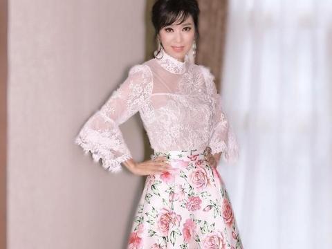 米雪薄纱刺绣上衣+印花裙,堪比年轻人,让人羡慕嫉妒恨