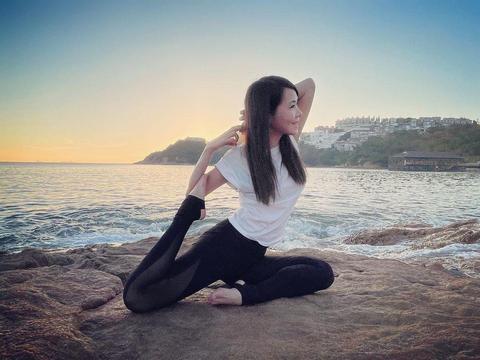 刘銮雄旧爱罕见晒瑜伽照,轻松秀高难度动作,柔韧度不输女儿